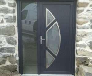Porte d'entrée en Aluminium aspect demi lune et contour en inox