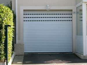 Porte de garage avec lames hublots